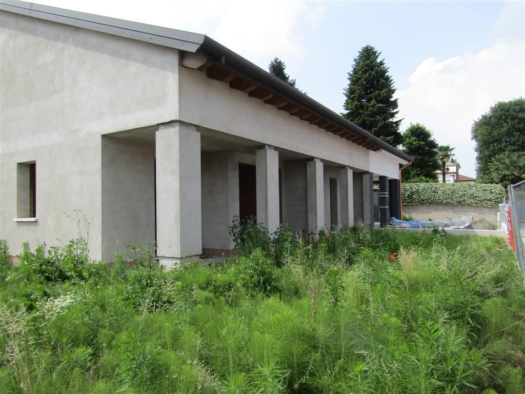 SANT'ANGELO di SANTA MARIA DI SALA, in zona residenziale vicina al centro, proponiamo porzione CENTRALE di trivilla al grezzo, composta da ingresso