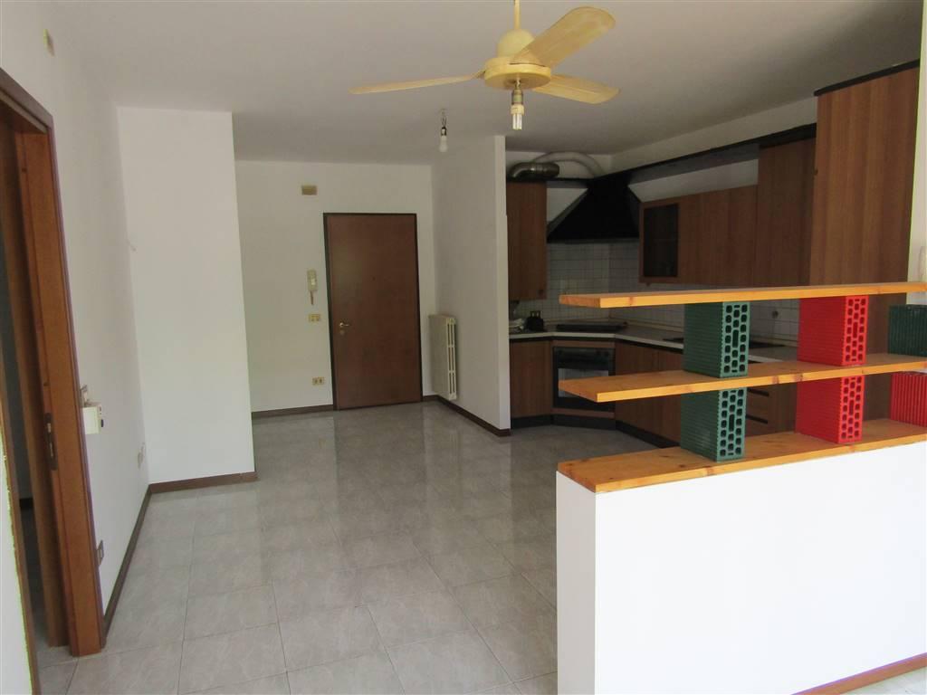 In pieno centro a SANT'ANGELO di Santa Maria di Sala, appartamento situato al primo piano con ascensore ed esposizione est-sud. Si compone di