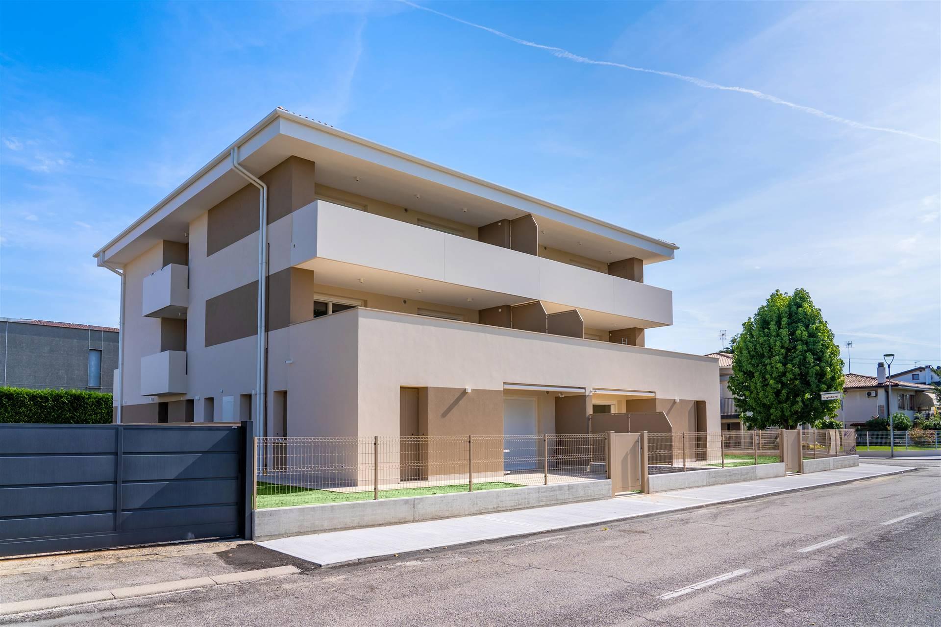 In pieno centro a OLMO di MARTELLAGO, proponiamo ULTIMO e NUOVO appartamento al piano terra con scoperto esclusivo. L'immobile, esposto a sud-est, si