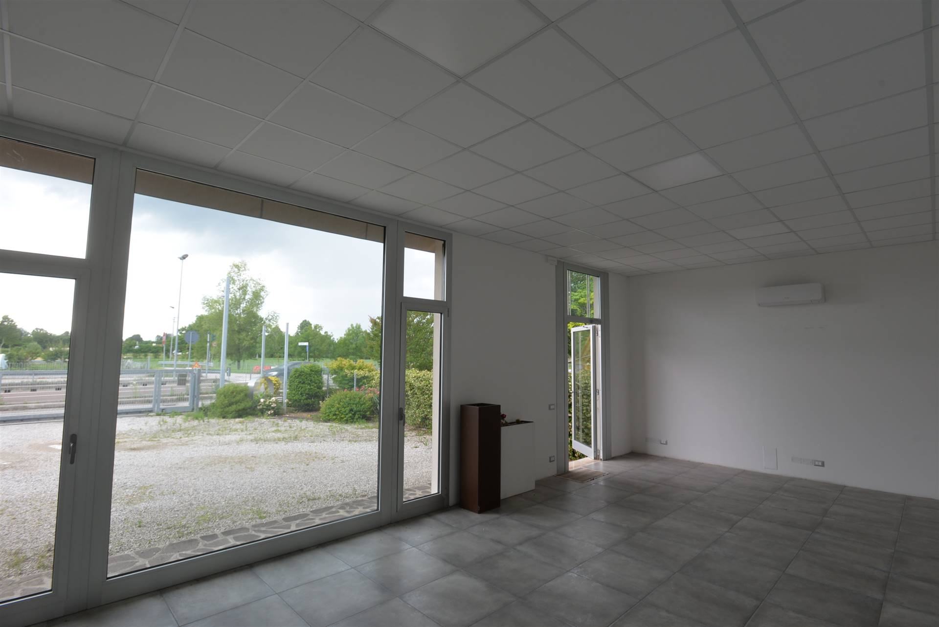 Salzano, zona industriale Robegano, libero ufficio-negozio di 70 mq, al piano terra con ampia vetrina, grande parcheggio privato, con accessori. Il
