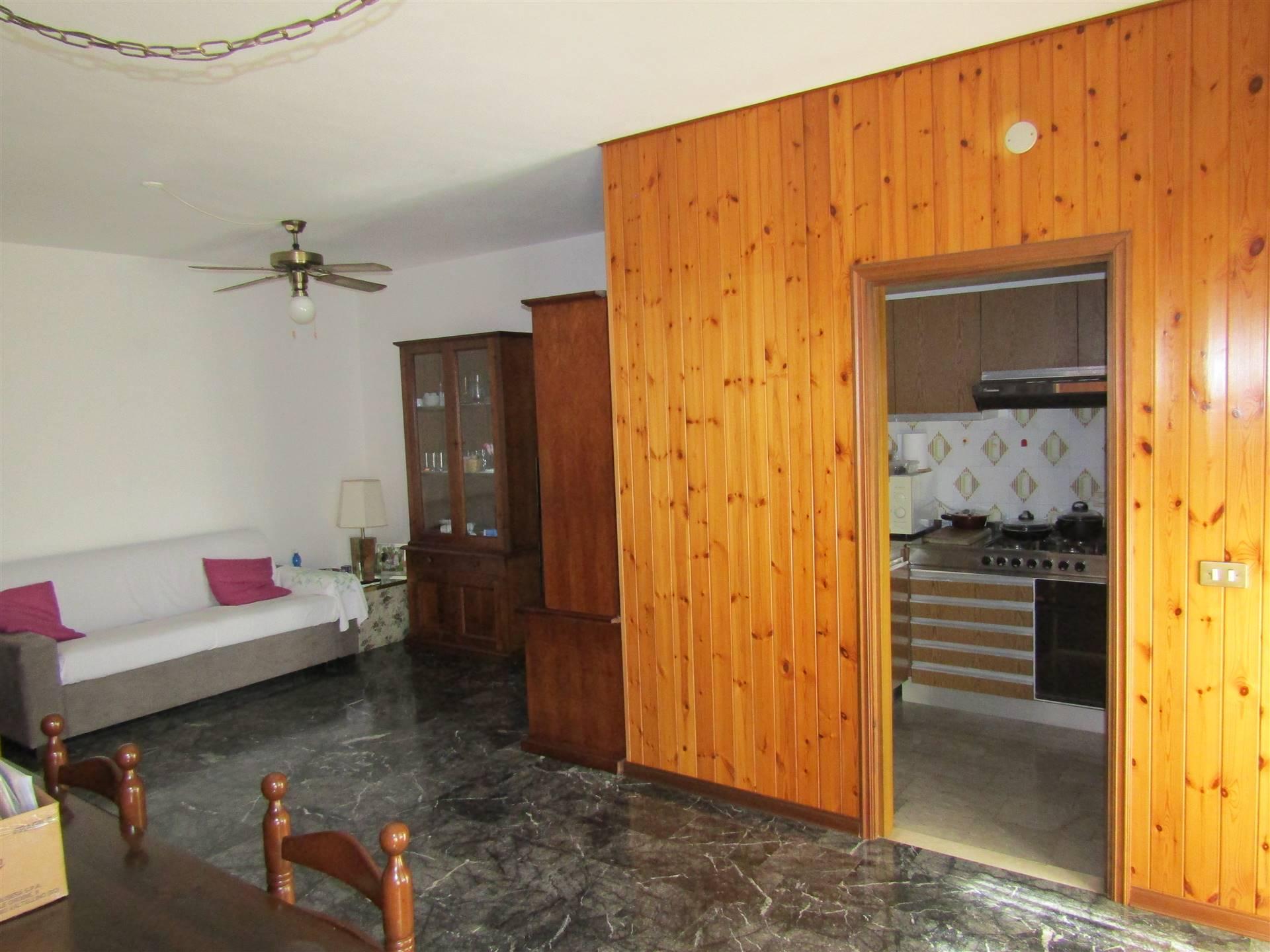 SALZANO, in pieno centro, comodo a tutti i servizi essenziali, spazioso appartamento al 3° piano con ascensore, composto da ingresso su