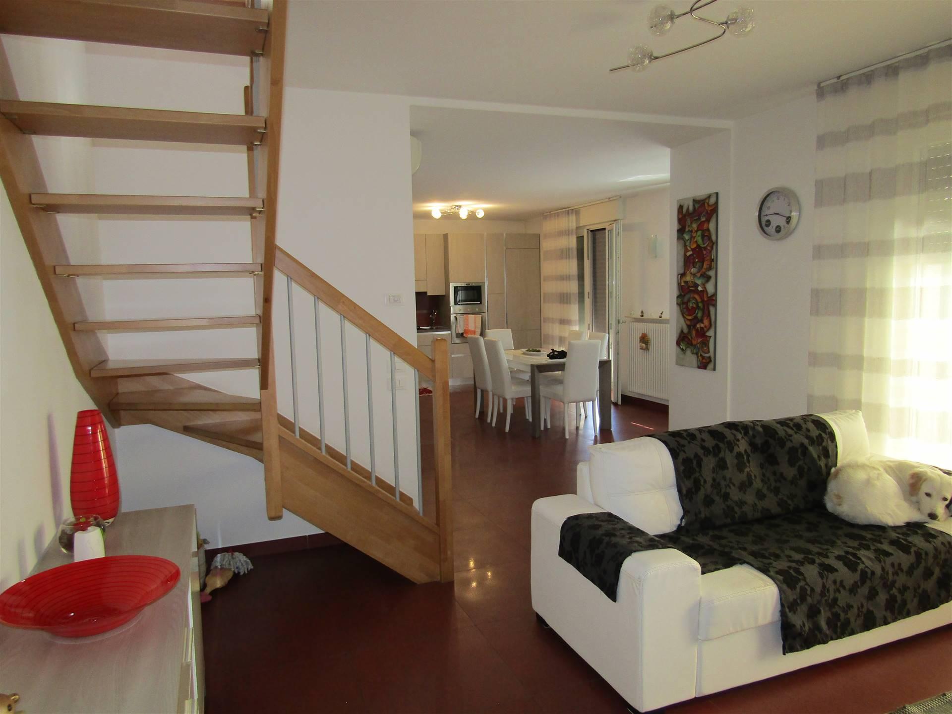 In quartiere residenziale poco fuori il centro di SPINEA, proponiamo appartamento in stile duplex dagli ampi spazi abitativi. L'immobile, situato al