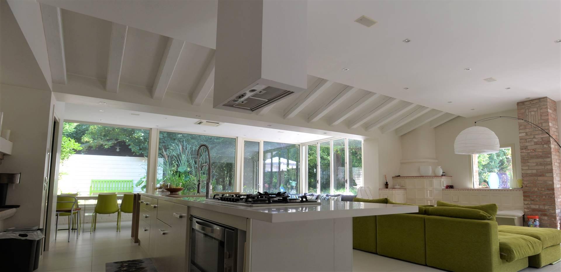 MIRANO, Villa zu verkaufen von 430 Qm, Beste ausstattung, Heizung Bodenheizung, am boden Land auf 1, zusammengestellt von: 9 Raume, Separate Küche, , 4 Zimmer, 4 Baeder, Garten Exklusiv, Preis: € 700.