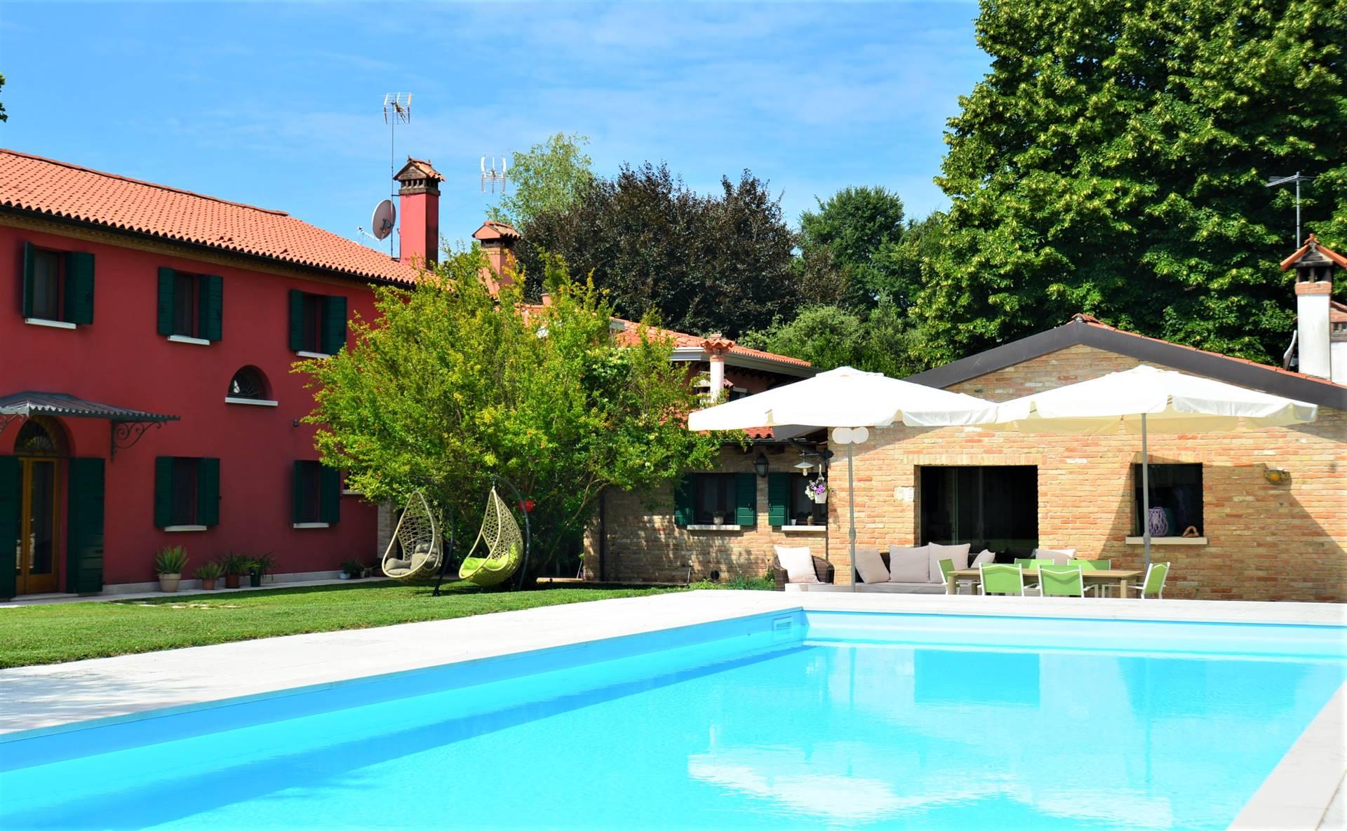 Mirano direzione Salzano, a soli 2,5 chilometri dal centro della città, splendida ed esclusiva villa con parco alberato e piscina. L'esclusiva