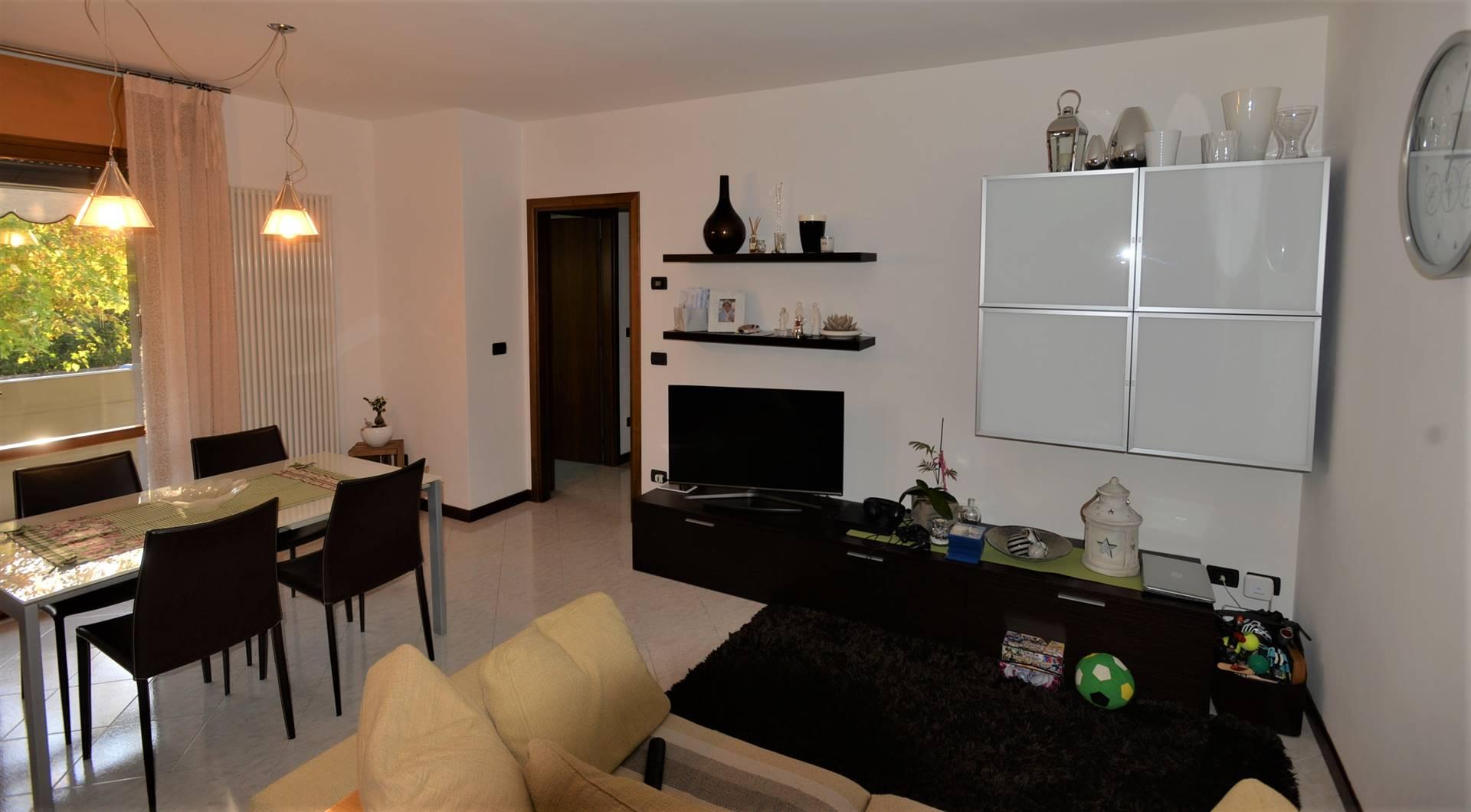 Salzano, comodo al centro, in palazzina di sole sei unità, proponiamo splendido appartamento al piano rialzato con affaccio su bel giardino condominiale. L'appartamento è in ottime condizioni di