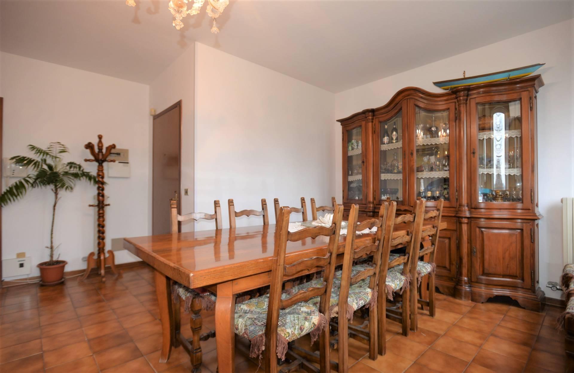 MARTELLAGO: proponiamo in vendita appartamento posto al piano primo dagli ampi spazi con un'entrata su soggiorno/sala da pranzo seguito da cucina