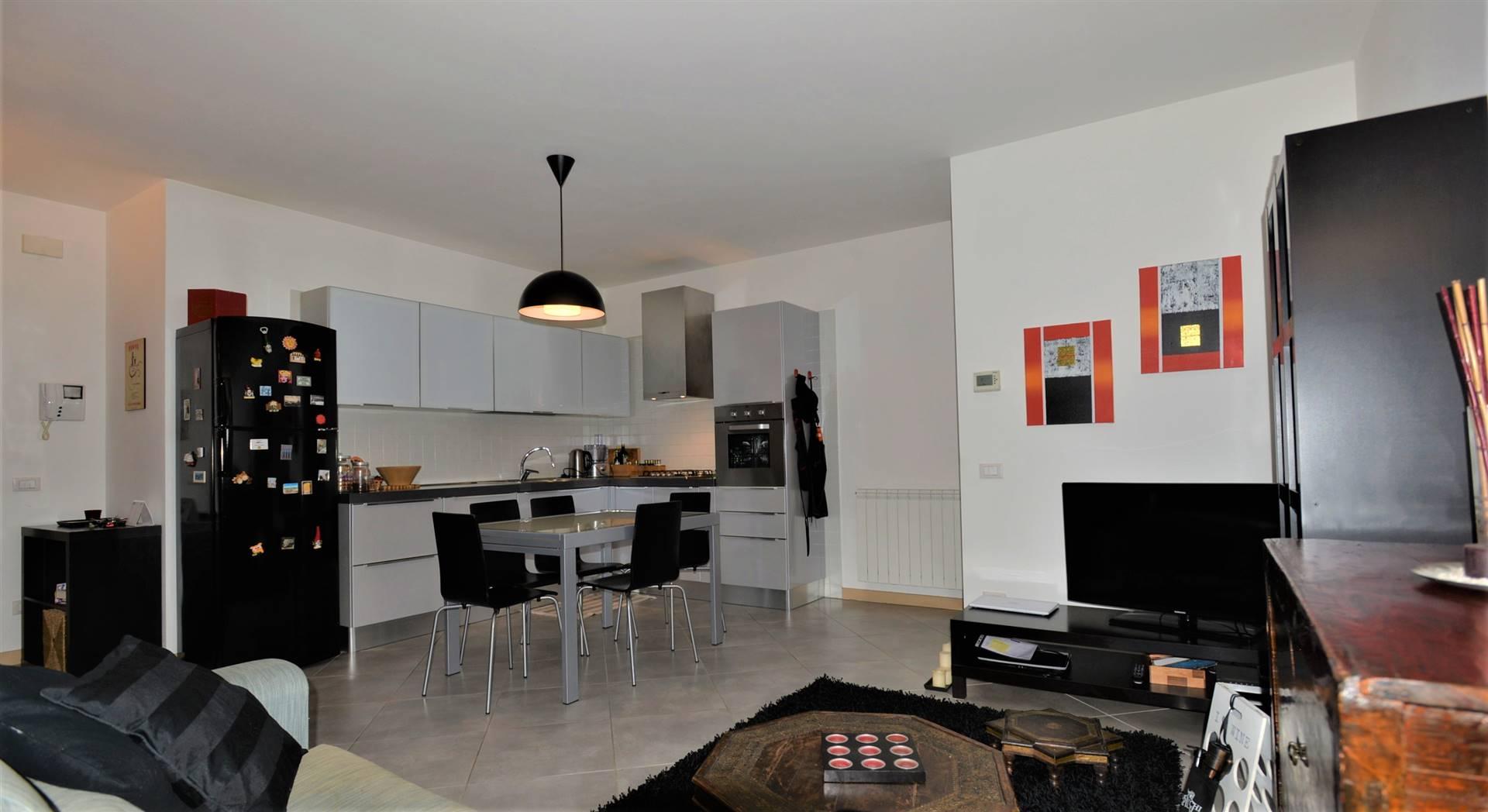 CASELLE: mini appartamento dagli ampi spazi proponiamo in vendita appartamento con ingresso su salone con cucina a vista open space con accesso al poggiolo, corridoio che collega la zona notte con