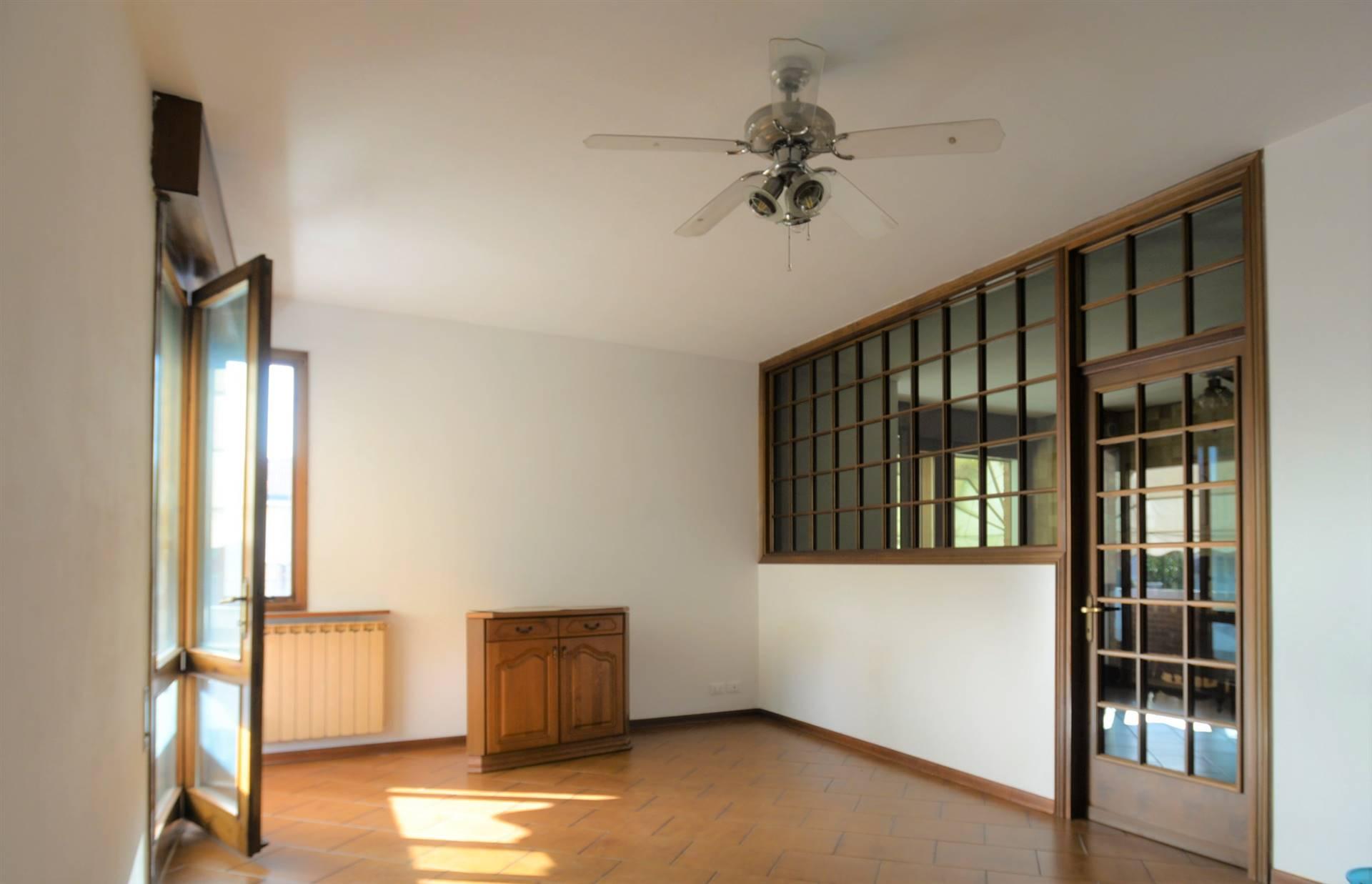 STGLIANO: grande appartamento in centro al paese posto al primo piano in una tranquilla zona residenziale, così formato: ingresso, ripostiglio,