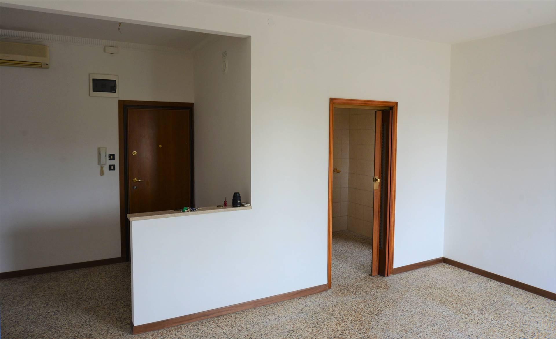 Mestre Miranese, zona via Calabria, luminosissimo appartamento al terzo ed ultimo piano, esposto su quattro lati, composto da ampio ingresso,