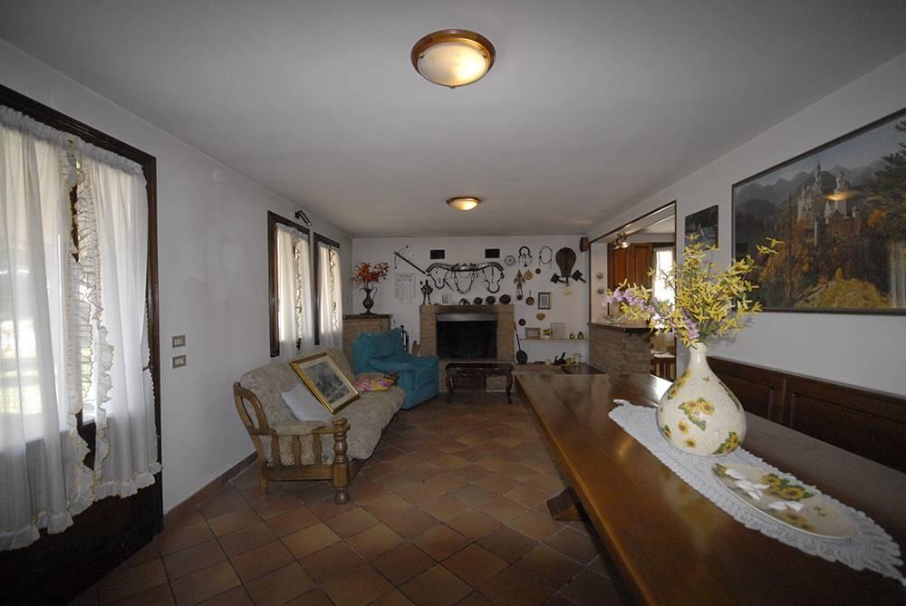 CASELLE di SANTA MARIA DI SALA-CASELLE, proponiamo villetta singola con 1.300 mq di giardino privato. L'abitazione si sviluppa su 2 livelli. Piano