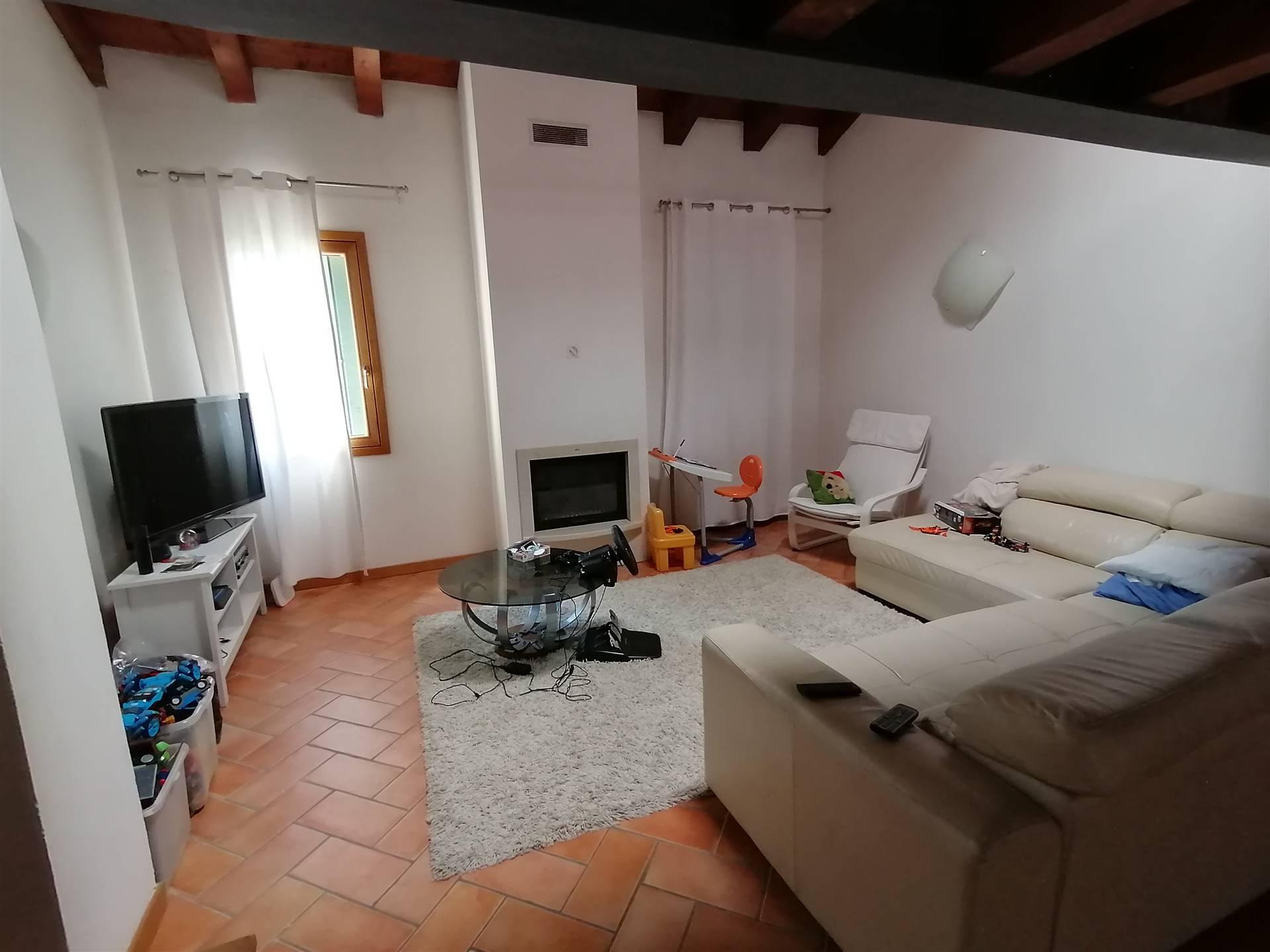 SAN MICHELE DELLE BADESSE, frazione di BORGORICCO (PD), proponiamo fantastico appartamento mansardato con ingresso indipendente, situato al primo ed