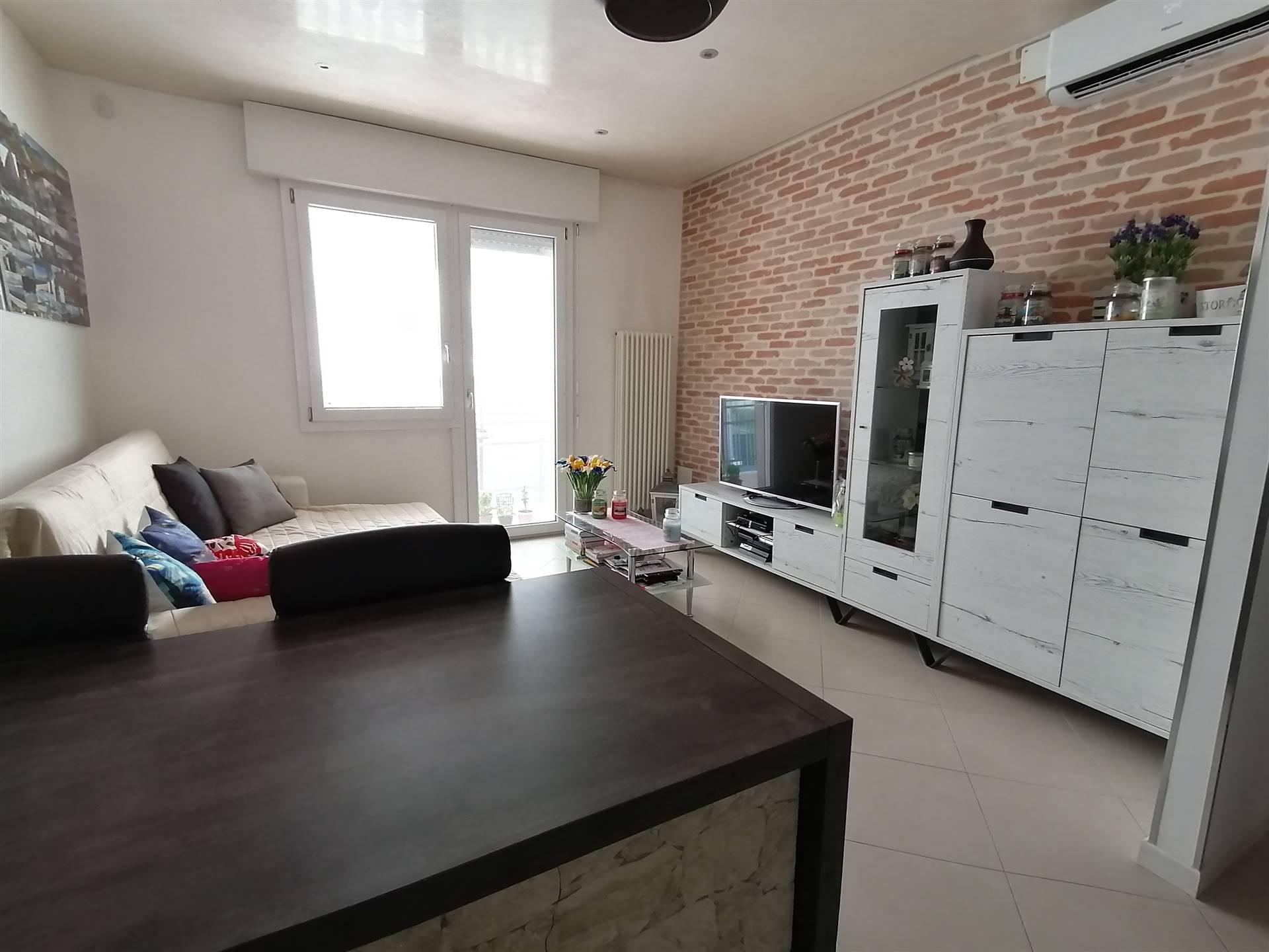 A soli 50 metri dalla piazza di SALZANO, proponiamo appartamento al primo piano su contesto di sole 4 unità abitative. L'immobile è caratterizzato