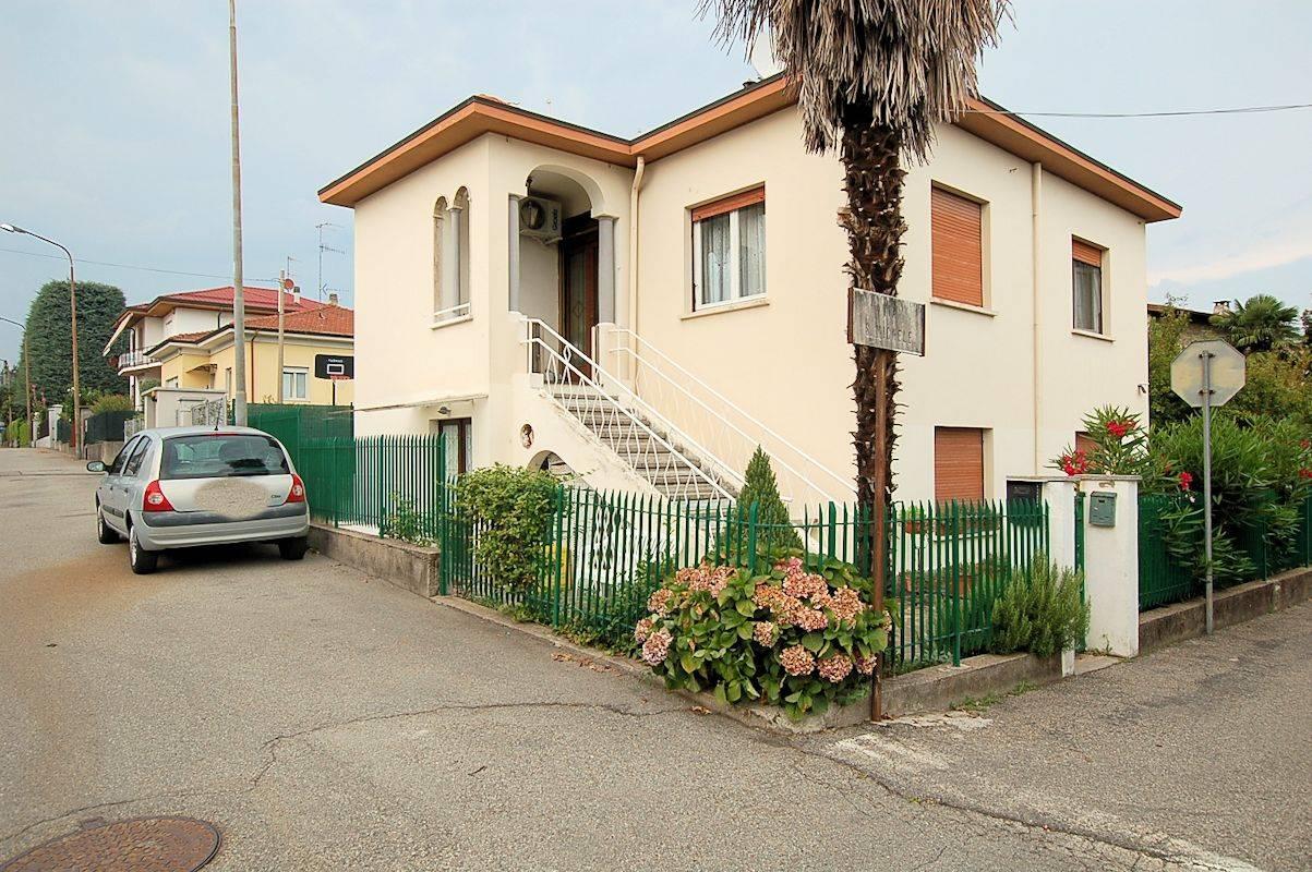 Villa in vendita a Arona, 9 locali, prezzo € 250.000 | PortaleAgenzieImmobiliari.it