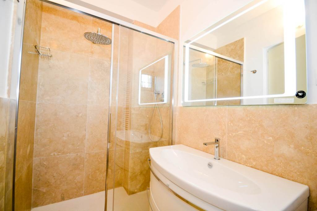 6257 053 bagno in cantina