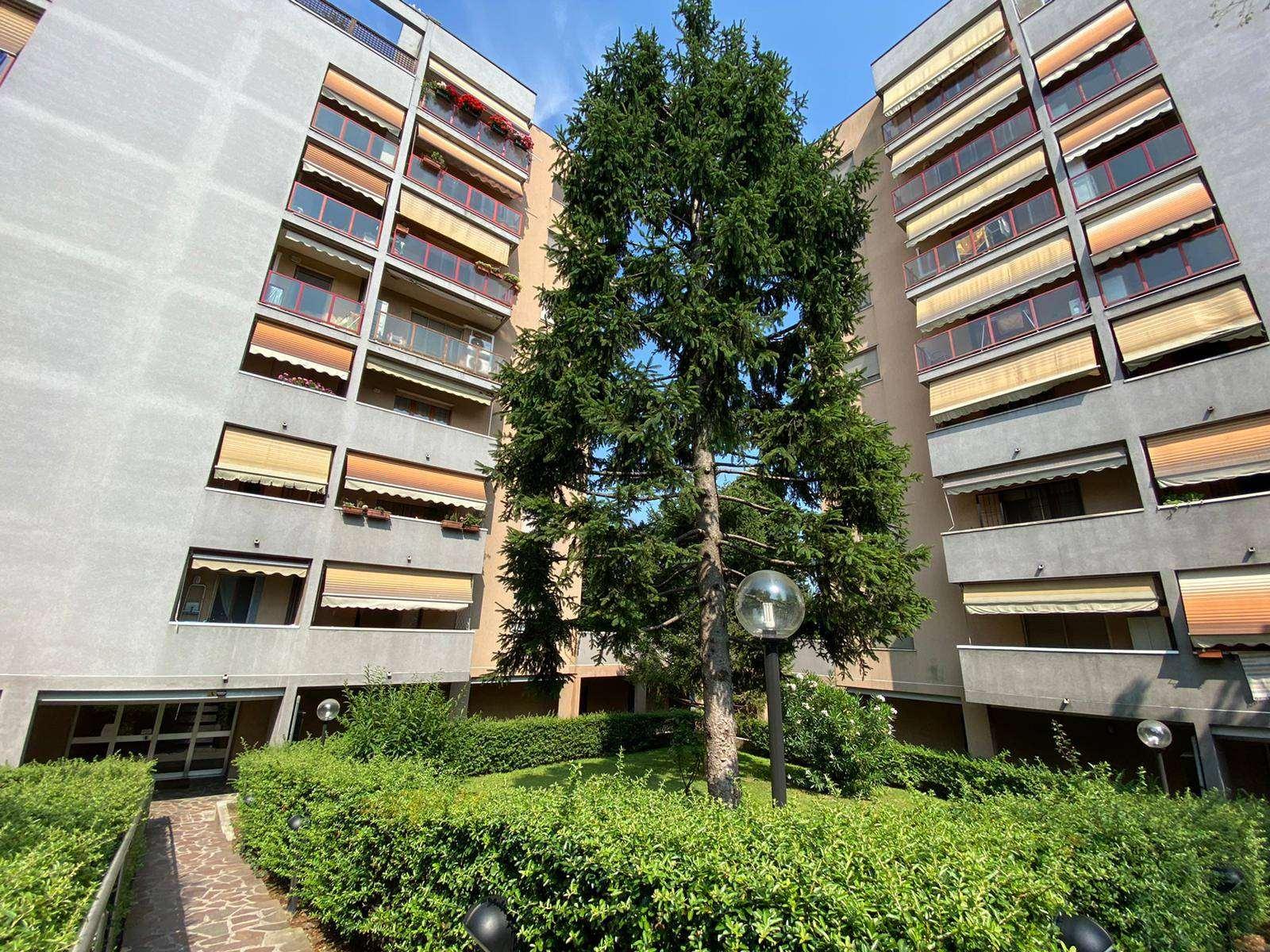 UBICAZIONE: Pioltello - via Wagner 4 TIPOLOGIA: Ampio appartamento di tre locali di circa 95 mq composto da sala con balcone, cucina abitabile con balcone, due camere e doppi servizi entrambi