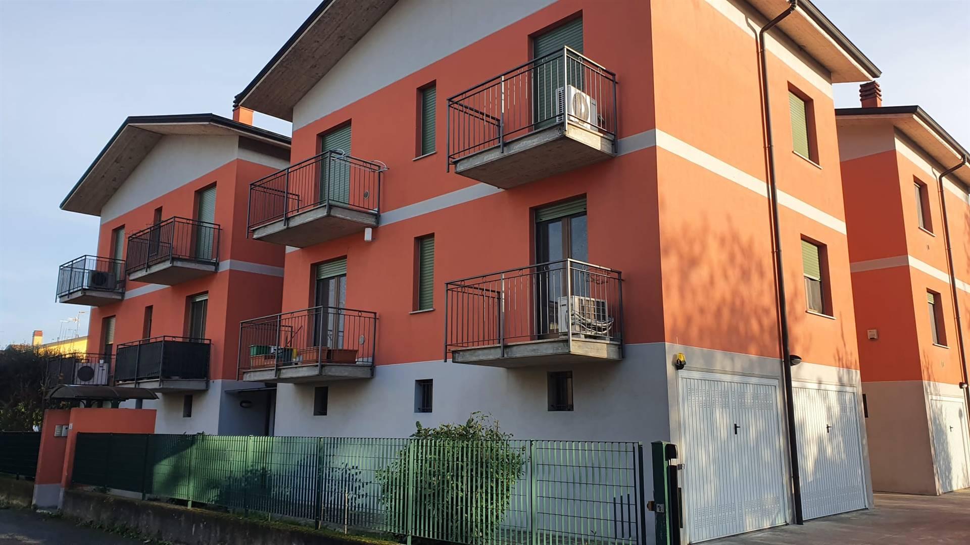 Proponiamo nel comune di Mozzanica (Bg) in grazioso contesto condominiale, sito al secondo piano senza ascensore, appartamento di tre locali di mq 100 così composto: ingresso che affaccia su salone