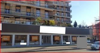 A 2Km dal centro di Monza, su strada di forte passaggio su cui si affacciano numerose vetrine, proponiamo immobile commerciale all'asta disposto su 2 piani, terra e interrato, con 2 servizi igienici