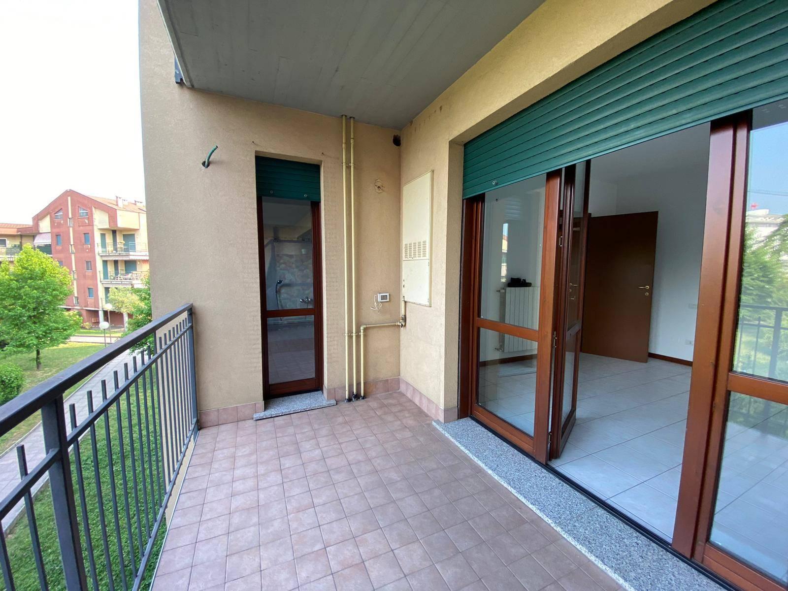 A Osio Sotto nella zona residenziale adiacente alla Clinica San Marco facilmente raggiungibile a piedi, proponiamo un appartamento di due locali oltre servizi e ampio balcone coperto in contesto