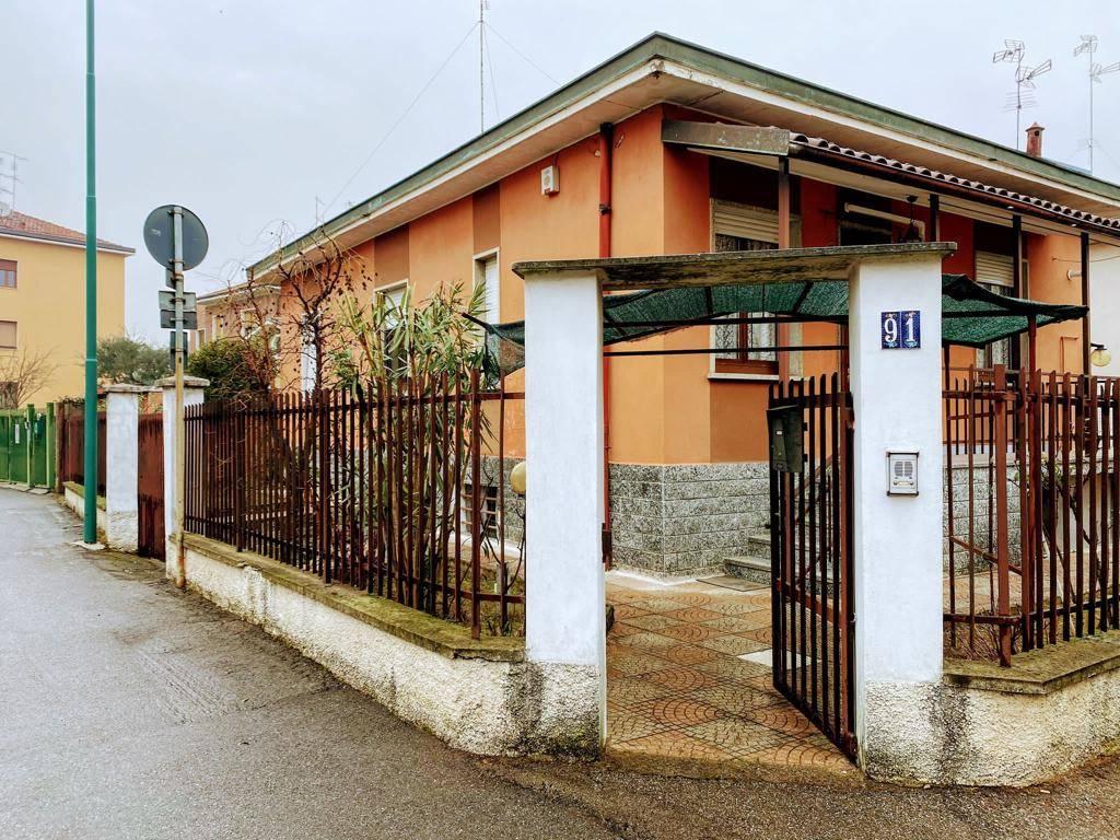 UBICAZIONE:COLOGNO MONZESE - Via Trento 91 -in zona residenziale. TIPOLOGIA: Villino indipendente libero su 4 lati di plurilocali con autorimessa esterna e piano seminterrato. L'immobile attualmente