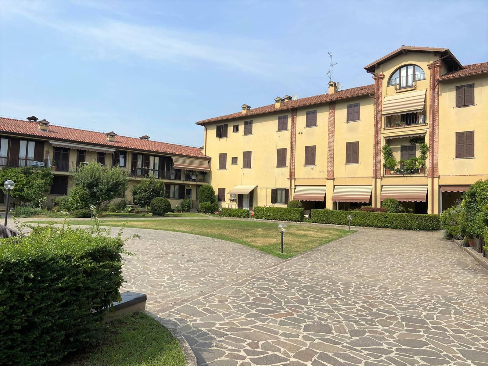UBICAZIONE: Bussero - Piazza Cavour - in contesto carino e con spese contenute. TIPOLOGIA: Appartamento di due locali di circa 66 mq posto al piano primo. L'unità immobiliare si compone da soggiorno,