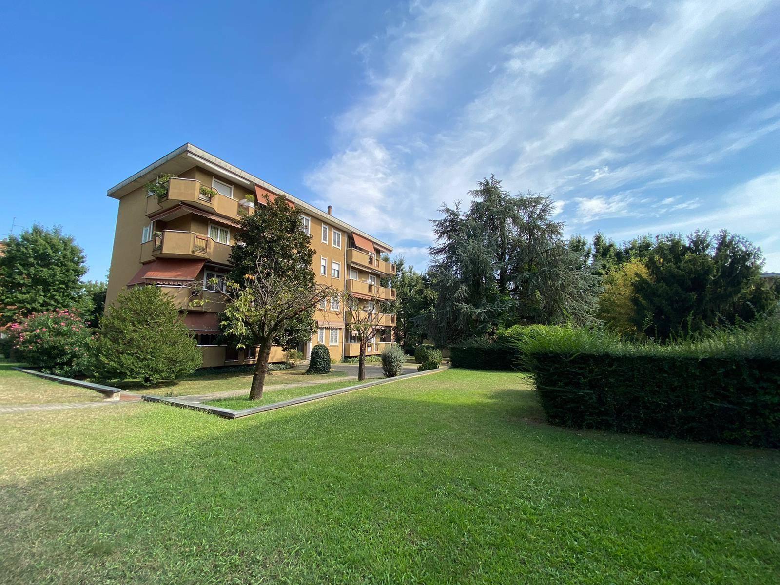 UBICAZIONE: Cassina de Pecchi - Via Grandi - in complesso immerso nel verde e vicino ai principali servizi -Metropolitana - pista ciclopedonale e parchi nelle immediate vicinanze. TIPOLOGIA: