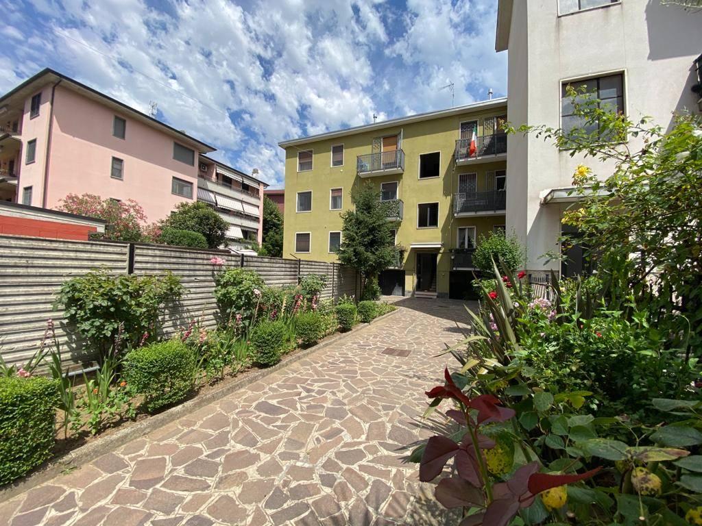 UBICAZIONE: Pioltello - Seggiano - Via Panama 10 -in contesto di poche famiglie. TIPOLOGIA: Proponiamo appartamento di tre locali di circa 85 mq composto da soggiorno, cucina abitabile, due bagni