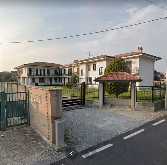 Nel comune di Giussano adiacente al Carrefour e in prossimità dei principali svincoli stradali, sito in contesto di piccolo residence di sole quattro famiglie proponiamo appartamento semi