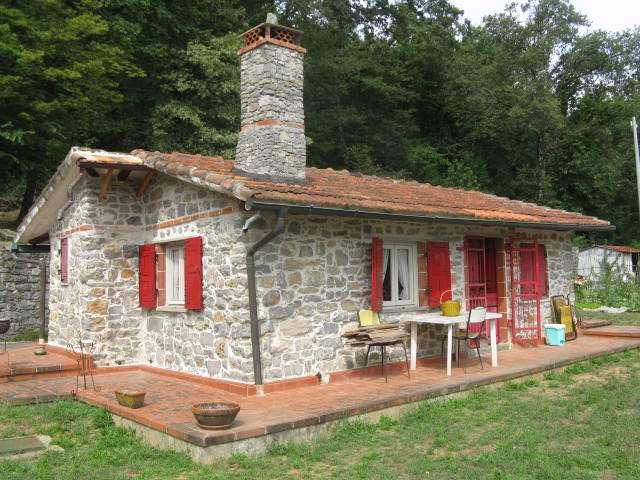 Rustici casali a lerici in vendita e affitto for Casa con 6 camere da letto in vendita vicino a me