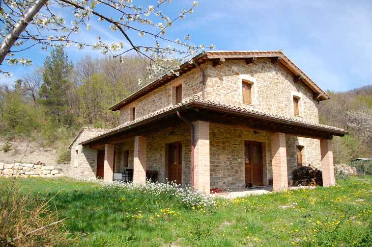 Rustici casali a assisi in vendita e affitto for Casali ristrutturati interni