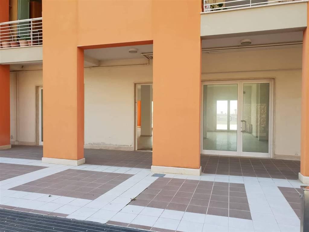 Negozio / Locale in affitto a Matera, 2 locali, zona Zona: Periferia Nord, prezzo € 950 | CambioCasa.it