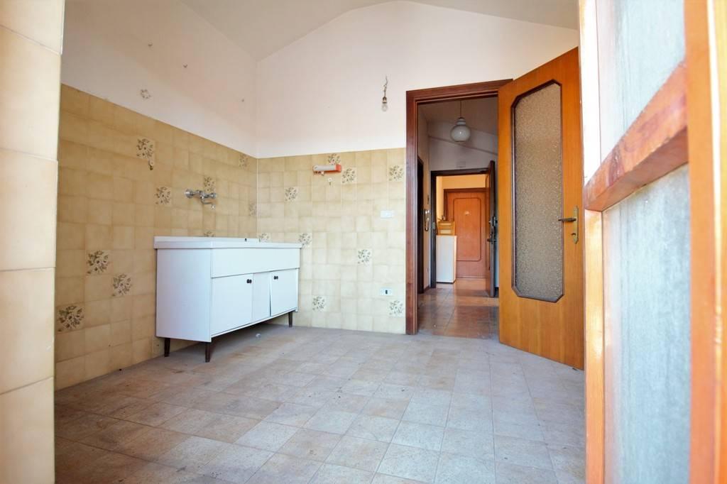 Silvi vendesi appartamento in Via Fratelli Bandiera – non lontano dal lungomare in zona tranquilla e silenziosa con parchi verdi, ma allo stesso