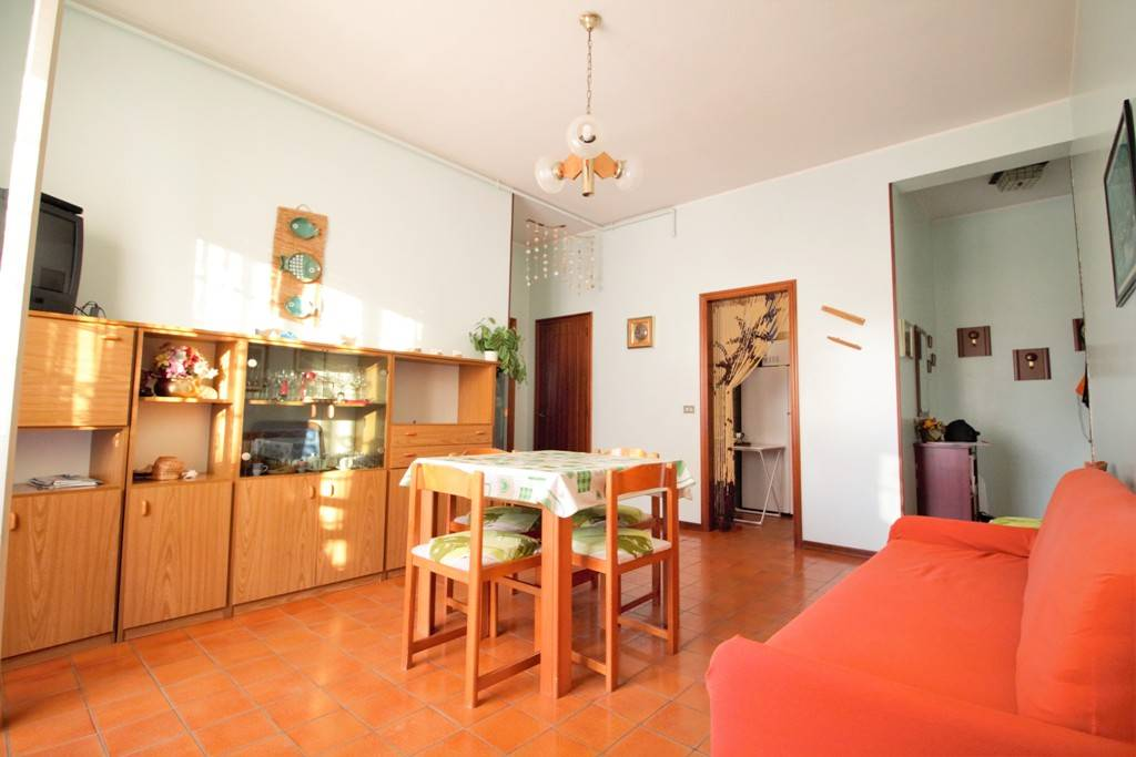Vendesi a Silvi in Via Roma appartamento trilocale a pochi passi dal lungomare centrale composto da due camere, in zona tranquilla e residenziale con parchi e spazi verdi, comoda per la vicinanza ai