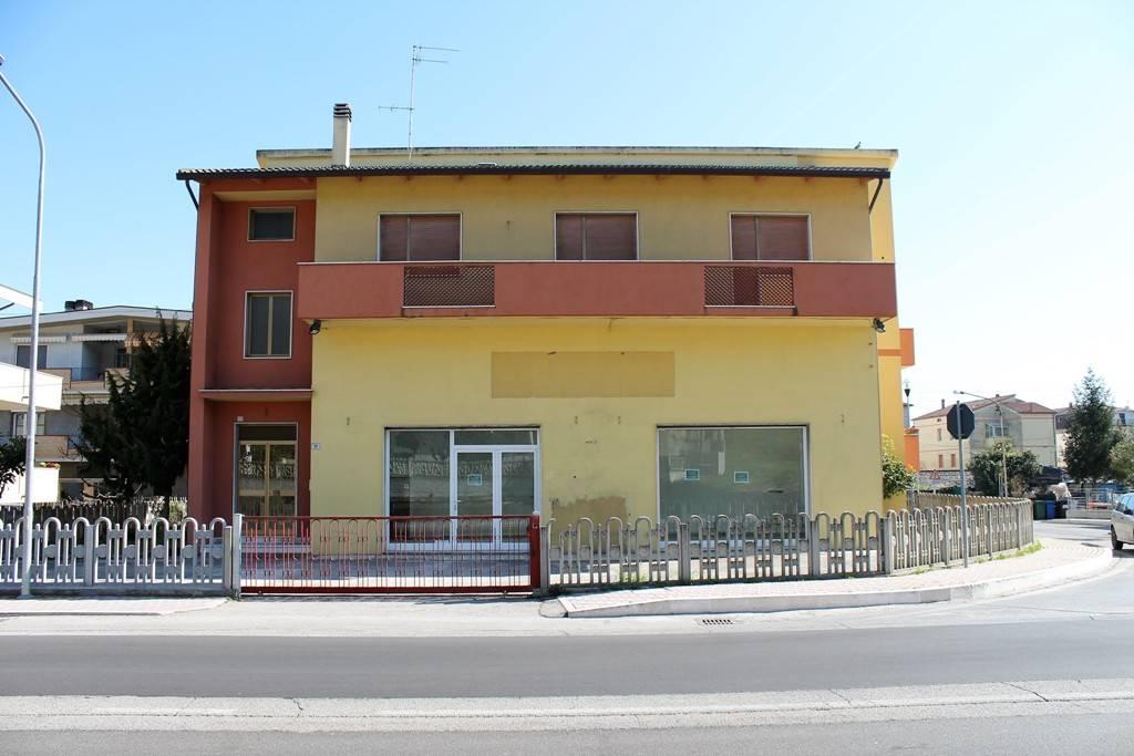 Proponiamo in affitto Locale commerciale a Silvi Marina in Via Roma di circa 94 mq interni tra negozio e retrobottega. Il negozio ha due ampie vetrine fronte strada ad alto impatto visivo di