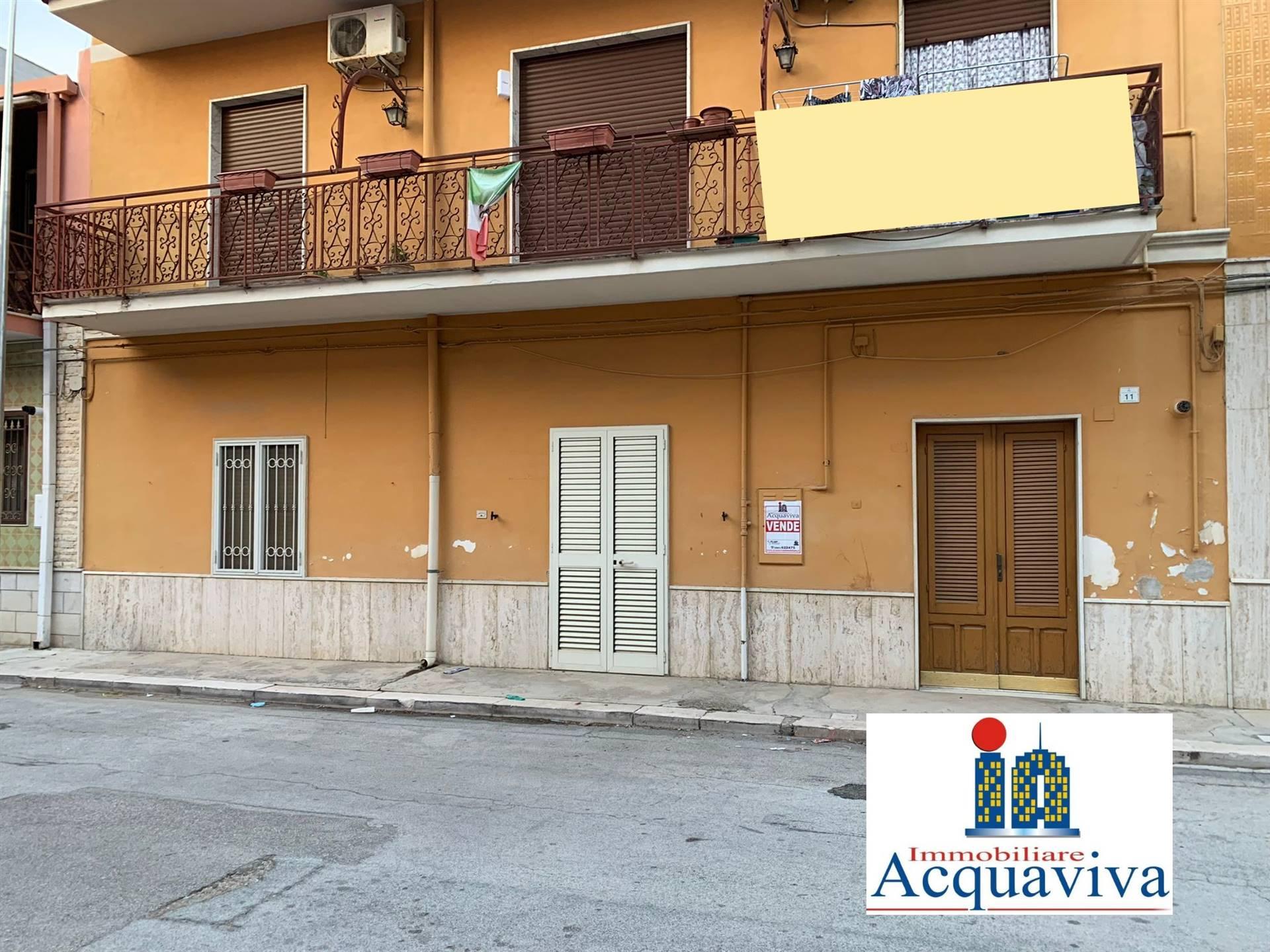 Abitazione indipendente a piano terra con accesso diretto alla strada, costituito da: -Ingresso-cucina, -Sala, -Camera matrimoniale, -Cameretta e bagno, -Ripostiglio più box.