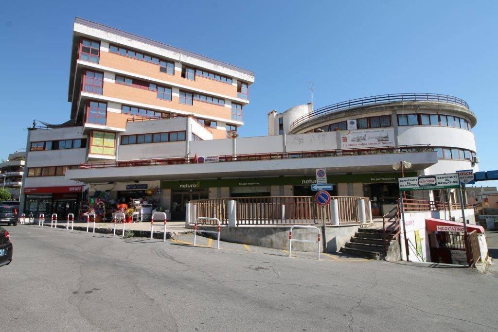 In zona centrale a pochi passi da Via Guido Baccelli, proponiamo un locale commerciale di 750 Mq.. Il locale dispone di Canna Fumaria e si presta a