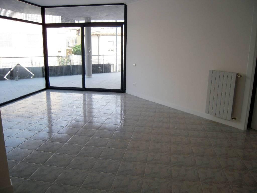 APPARTAMENTO composto da salone con angolo cucina, camera, cameretta, un bagno e grande veranda a livello di oltre 100 mq. Ottime condizioni interne,