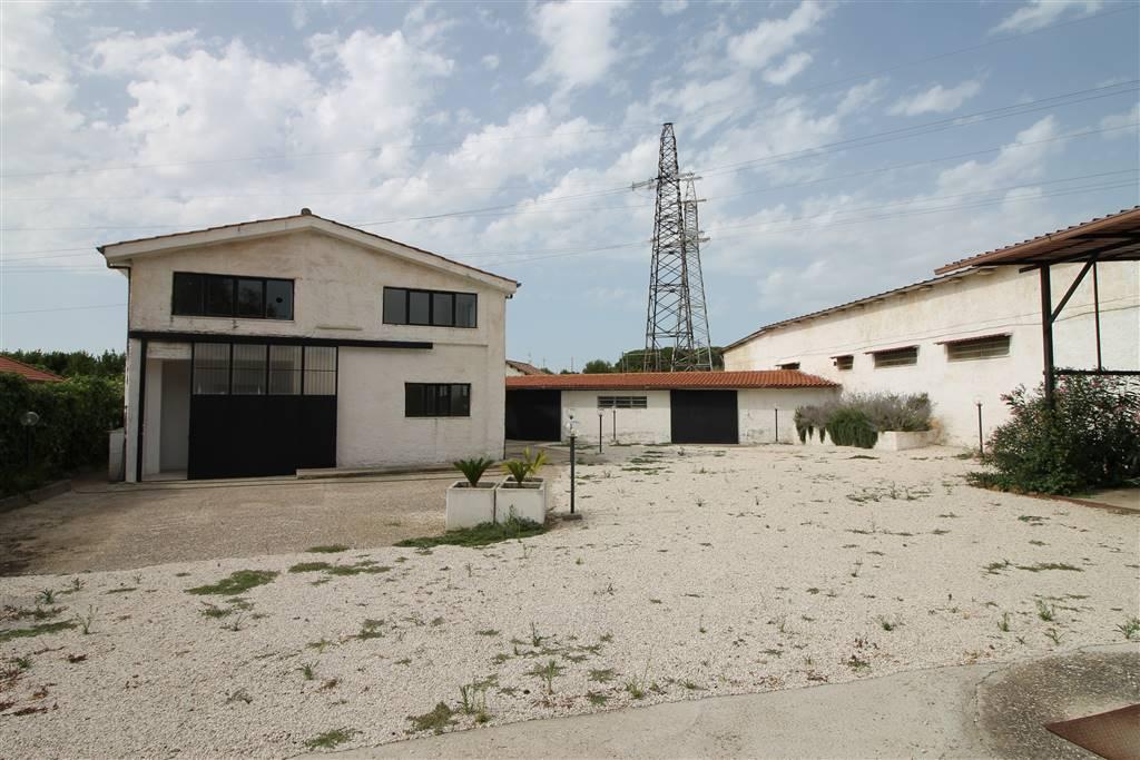 Locale a pochi minuti dal centro, si propone sia in vendita che in affitto. Il Locale si sviluppa su due livelli: Piano terra: Mq. 170 circa con