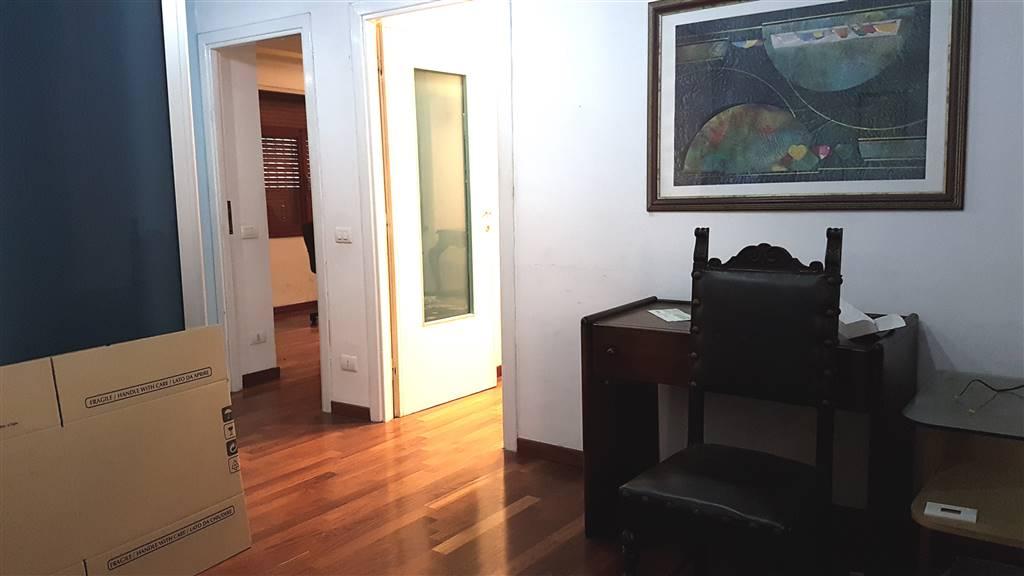 in zona centralissima, adiacente il Porto di Civitavecchia proponiamo un elegante appartamento al piano Primo di 76 Mq composto da ampio ingresso,