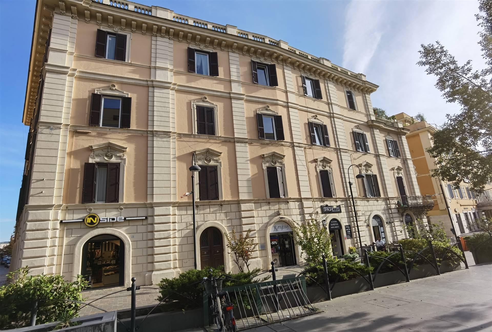In un Palazzo d'epoca Prestigioso, situato al centro della città, all'interno della zona pedonale, a due passi dal mare e vicino da ogni servizio