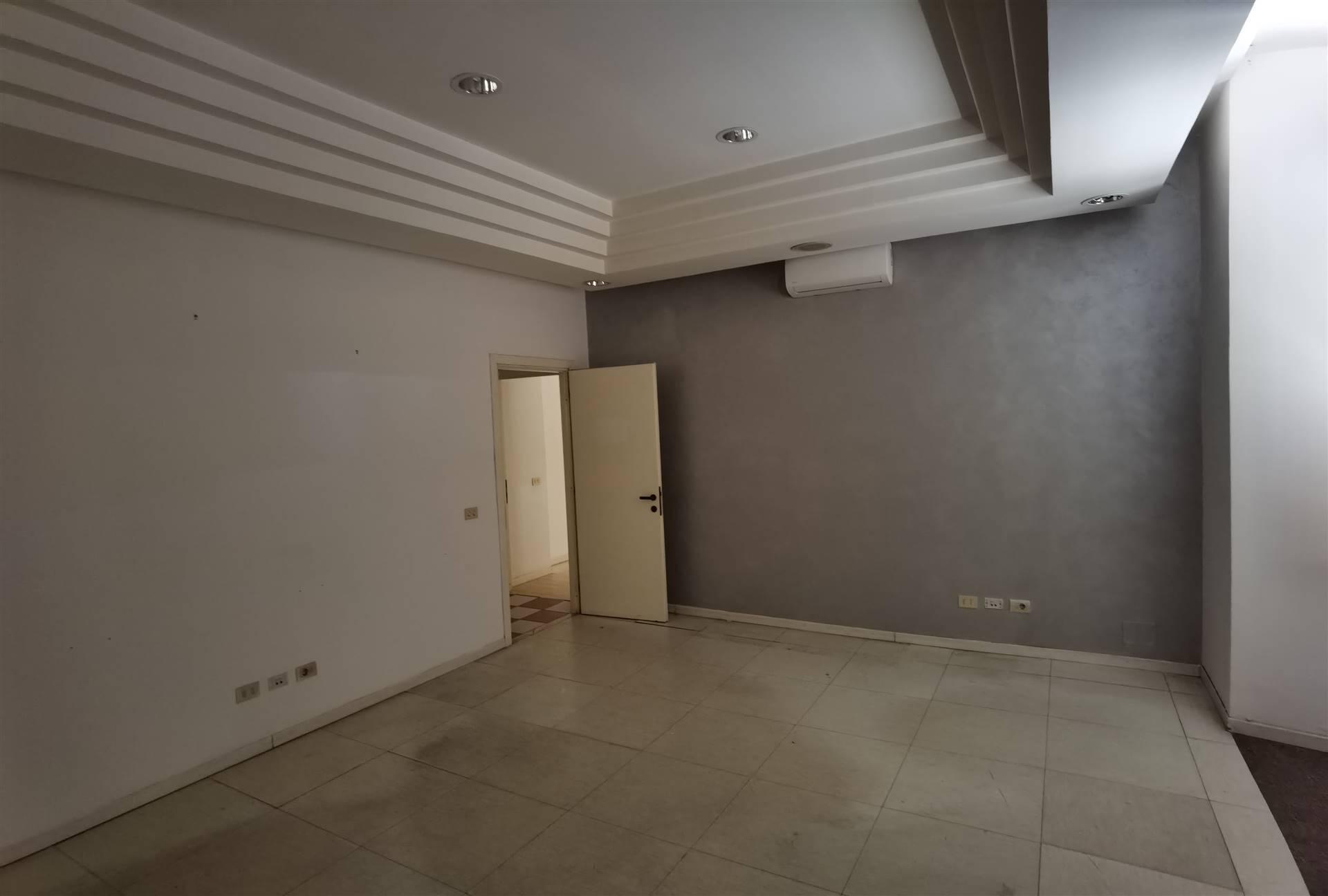 Proponiamo in Locazione e/o in Vendita un ufficio di mq 270 posto al primo piano a Largo Plebiscito, composto da: ampio ingresso, sala attesa, 5