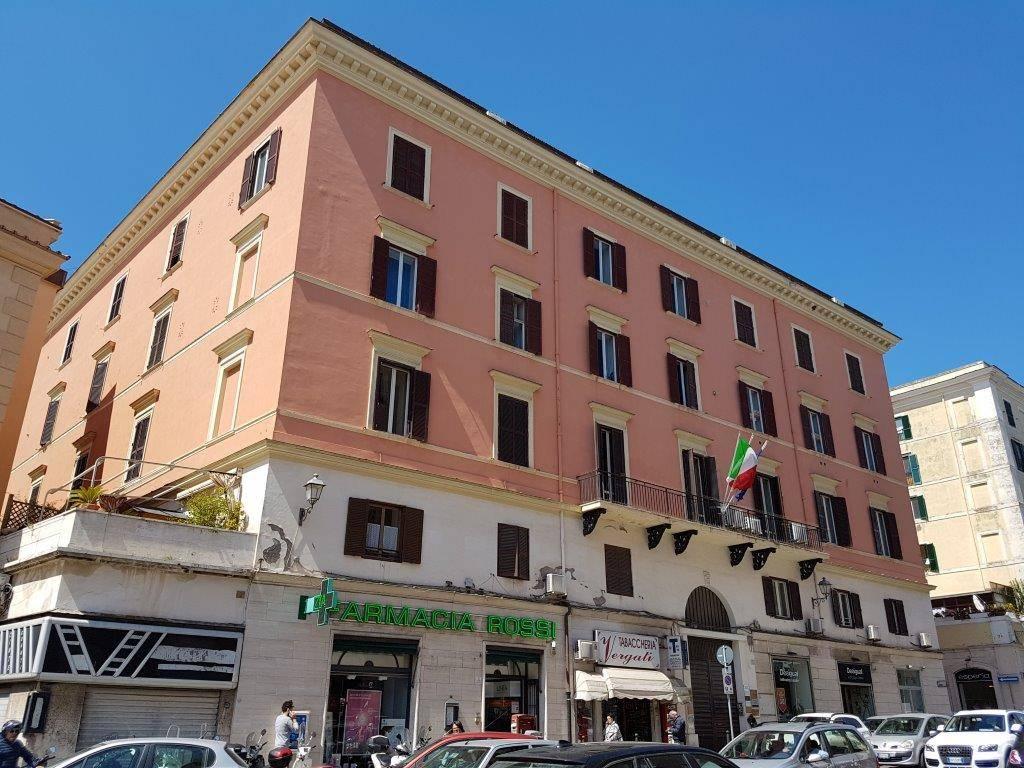 L'Immobiliare Bertini, propone in vendita in un edificio del '800 con ingresso da Largo Cavour, 6 un appartamento luminoso con soffitti a volta e a