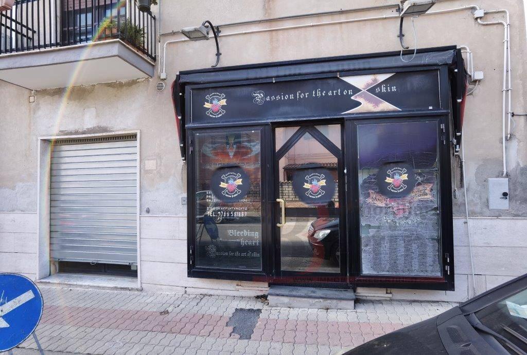 Via Benci & Gatti proponiamo in vendita piccolo locale commerciale di 36 Mq. il locale si presta sia a studio / ufficio che attività commerciale e/o