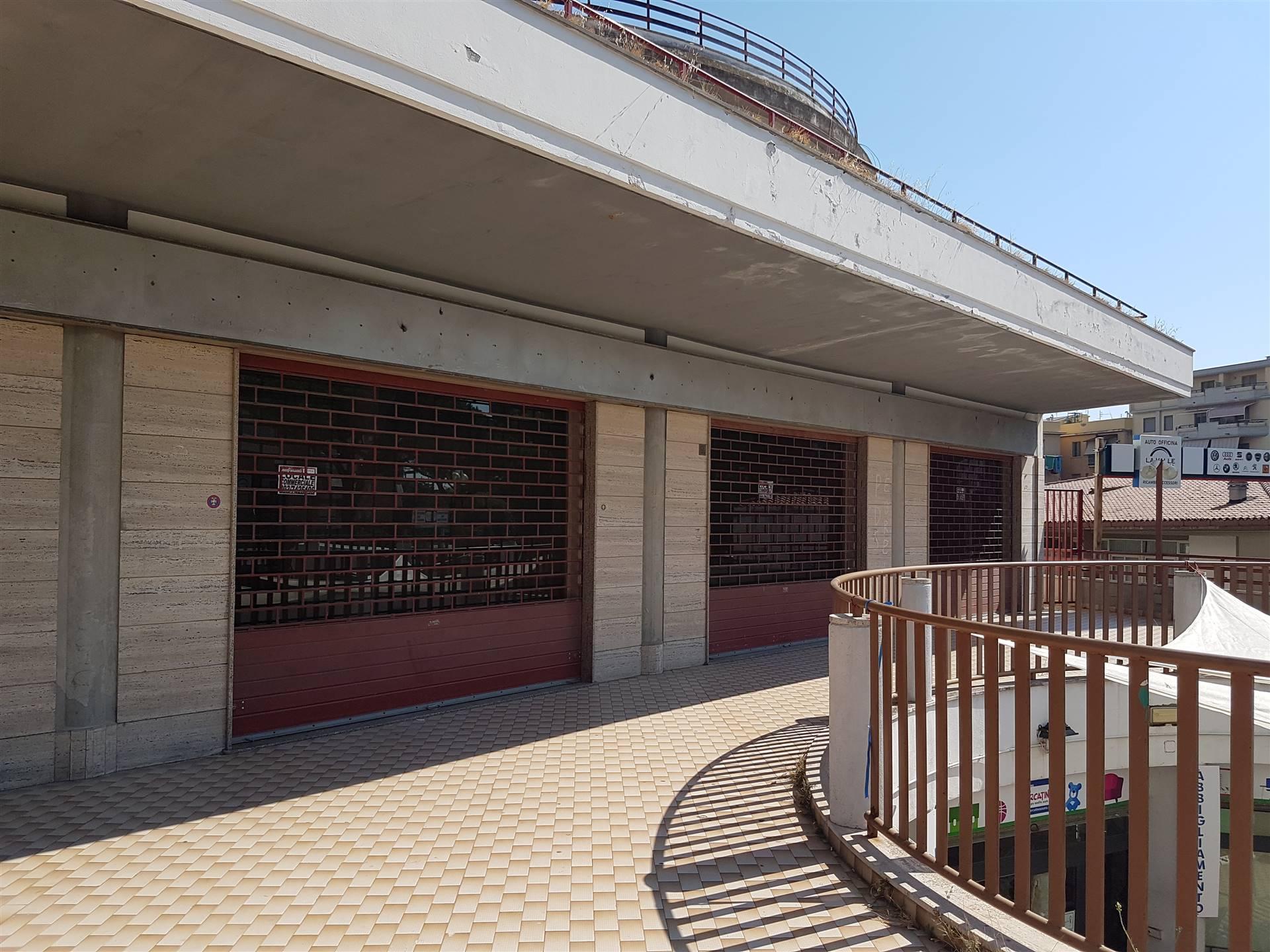 Affittasi Locale Commerciale locale commerciale di circa 290 Mq disposto su un unico livello. Il locale dispone di 4 vetrine su strada e due laterali.