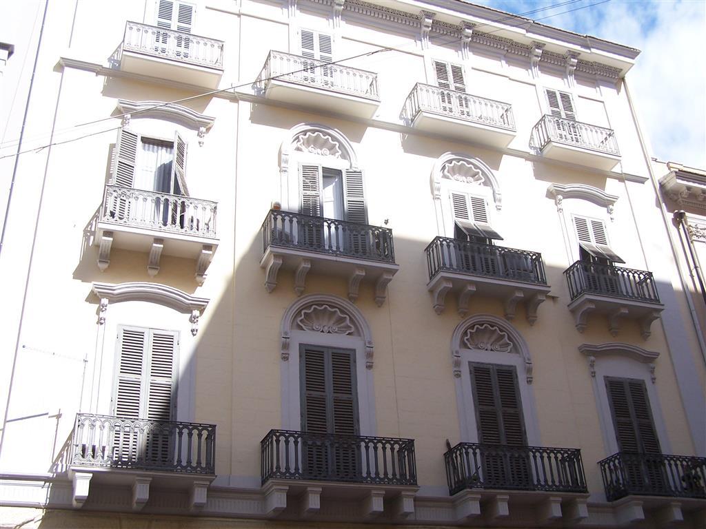 Taranto - Borgo - IN PIENO CENTRO, a due passi da Via Di Palma e dall'isola pedonale- Via Regina Elena 19 - In signorile stabile d'epoca vendiamo