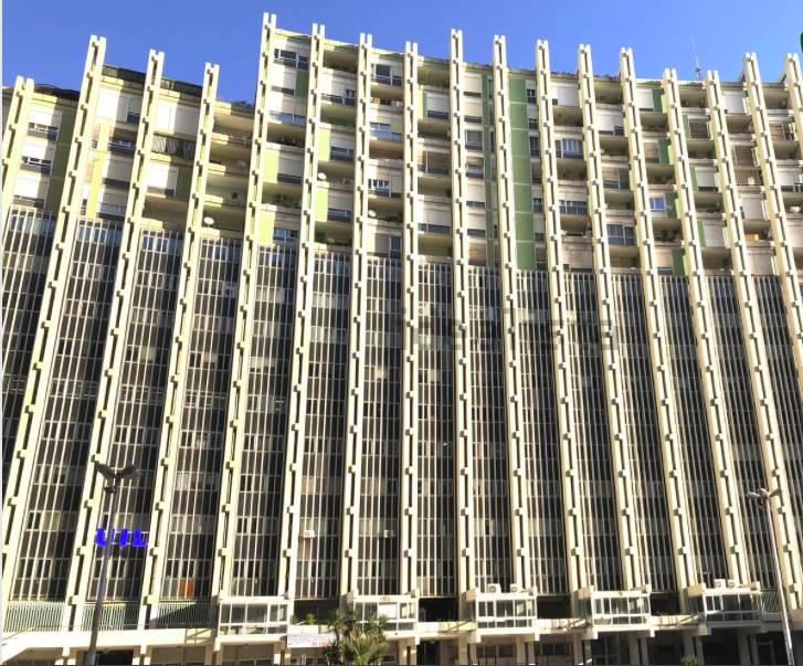 Piazzale Dante, nei pressi della Biblioteca Comunale, VENDIAMO rifinitissimo appartamento situato al 4 piano di uno stabile di 18 piani con vari