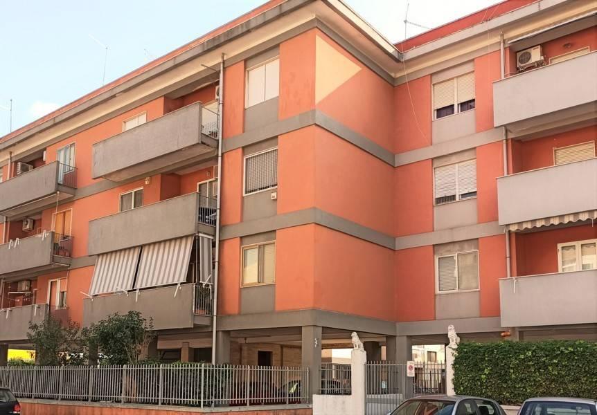 Via lago di Bolsena, nei pressi di viale Magna Grecia, in piccola e decorosa palazzina a tre piani proponiamo in vendita appartamento al secondo