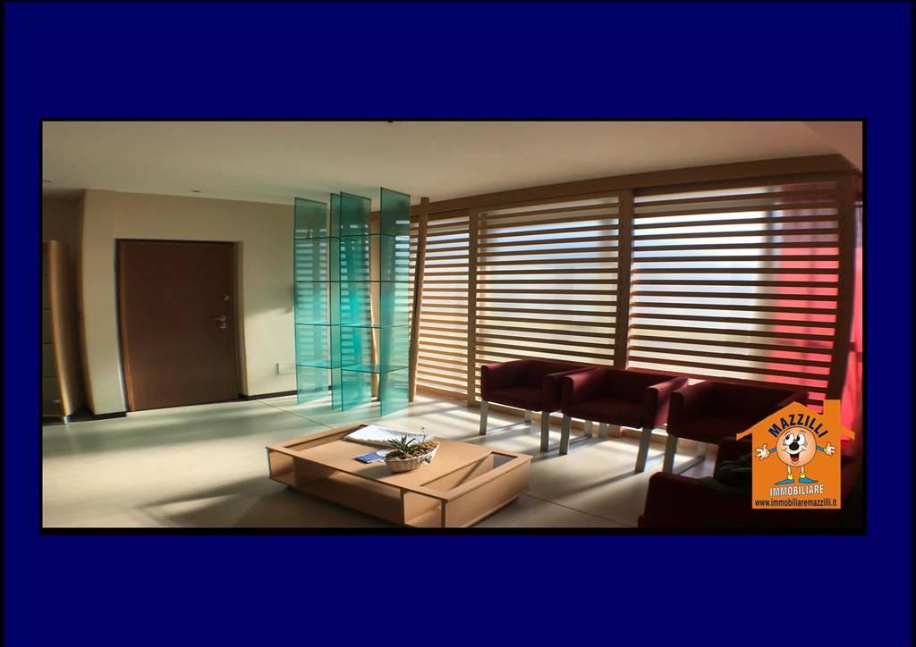 Immobile Commerciale in affitto a Potenza, 7 locali, zona Zona: Via del Gallitello , prezzo € 650 | CambioCasa.it