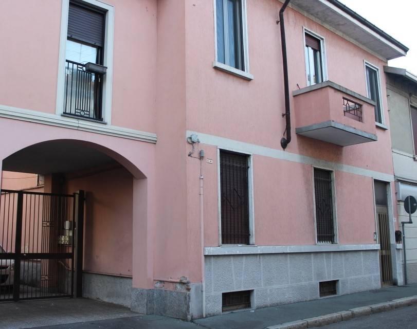 Luminosissimo appartamento sito al primo ed ultimo piano ,in piccola palazzina di sole 4 famiglie composto da tre locali, cucina semiabitabile, bagno