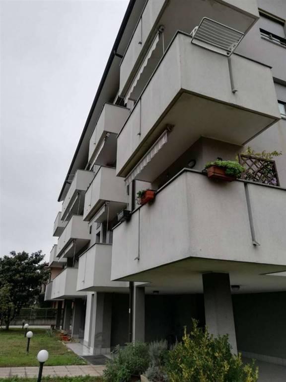 Appartamento su due livelli, ultimo di una palazzina di 3 piani con mansarda. Sito in zona tranquilla e vicinanza stazione ferroviaria fs. Grande tre