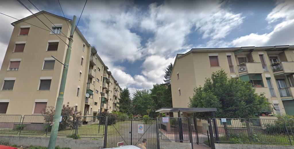 In contesto residenziale circondato da ampio giardino condominiale, offriamo ampio bilocale con cucina abitabile. L'appartamento è composto da